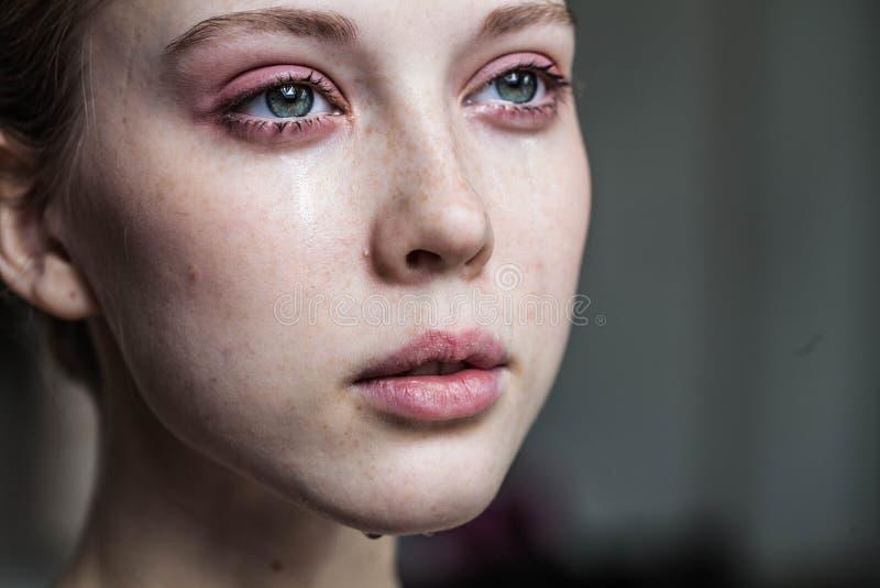美好女孩哭泣 免版税库存照片