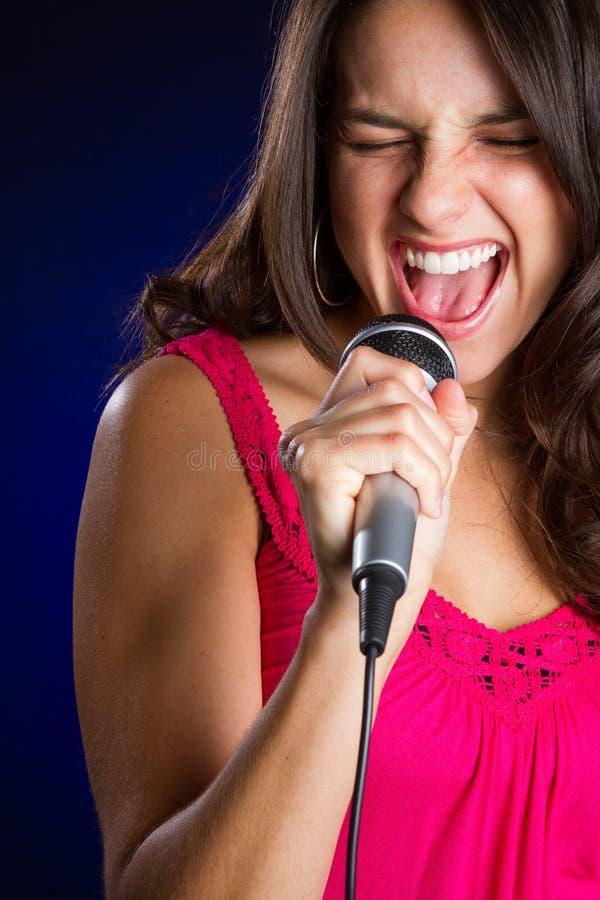 美好女孩唱歌 免版税库存图片