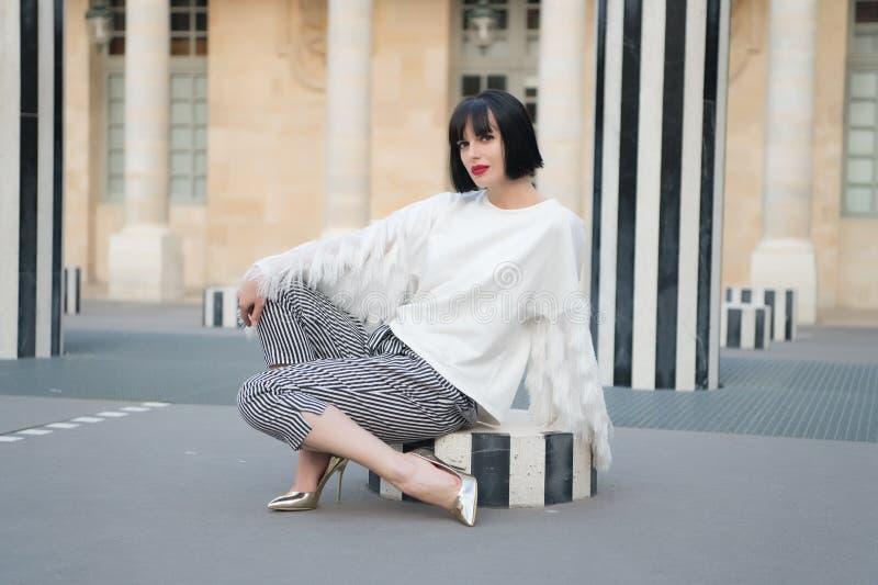美好女孩坐室外在巴黎, 库存图片