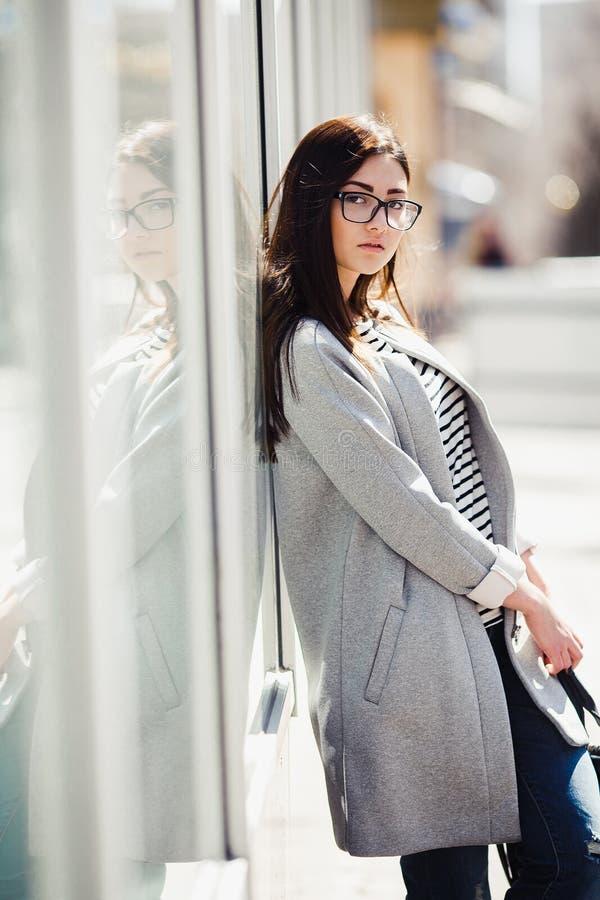 美好女孩摆在 免版税库存图片