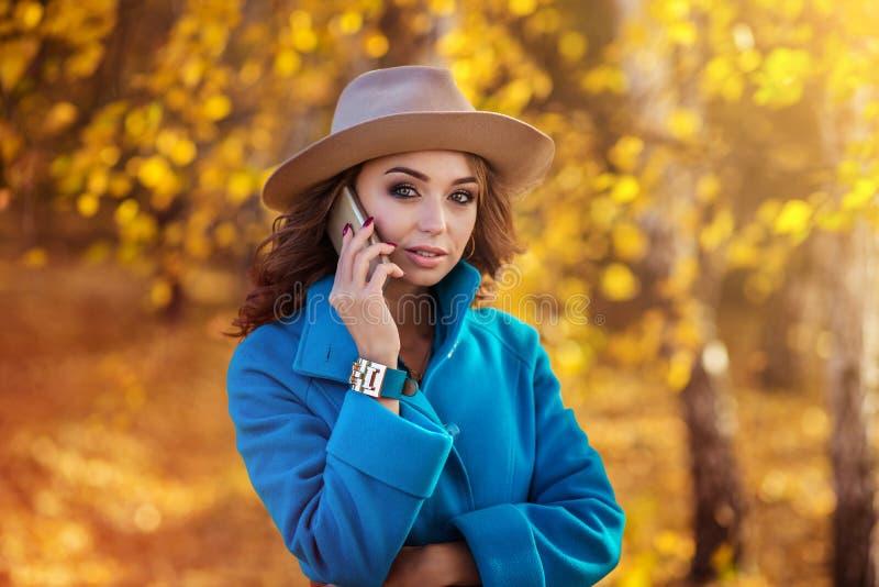 美好女孩电话联系 图库摄影