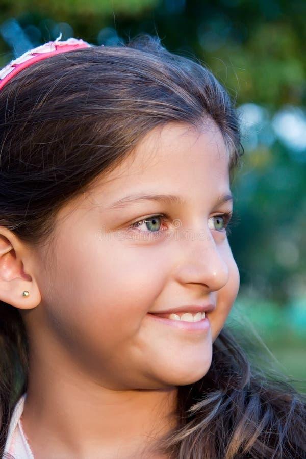 美好女孩纵向微笑 免版税库存照片