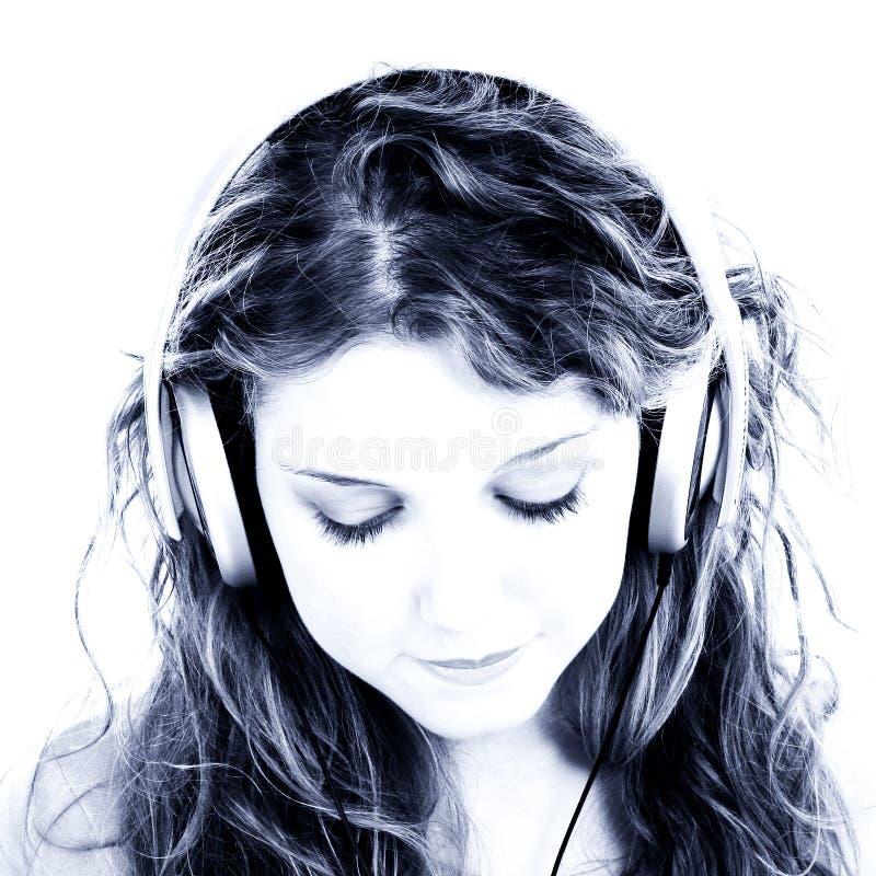 美好女孩耳机听青少年 免版税库存照片