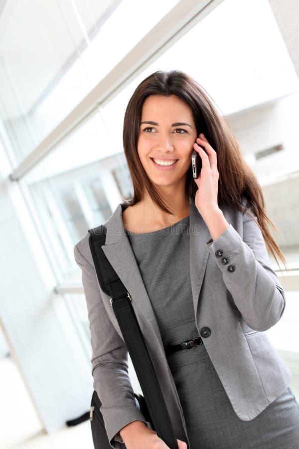 美好女实业家电话联系 免版税图库摄影