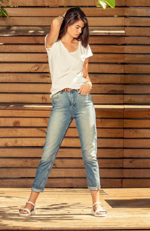 美好女性模型摆在室外在一个晴天 库存图片