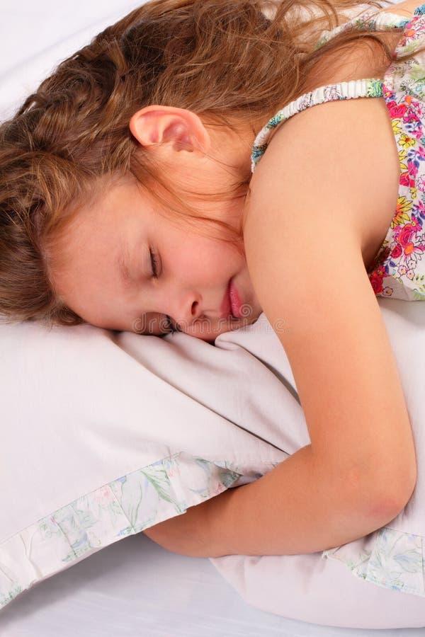 美好小女孩睡觉 免版税图库摄影