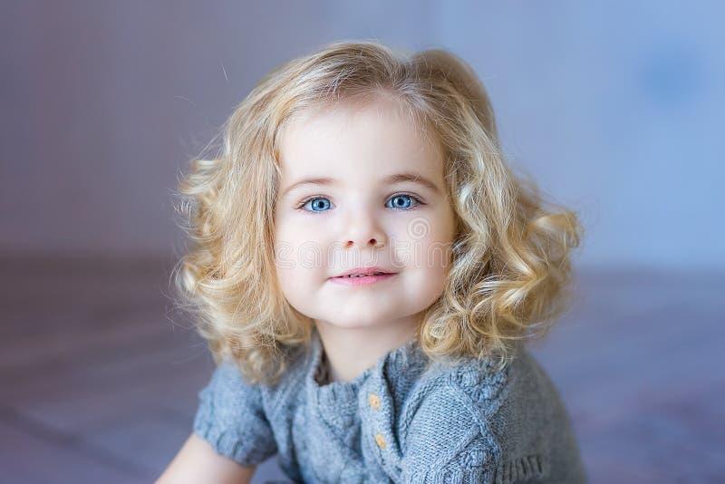 美好小孩女孩微笑 Ð ¡丢失画象 蓝眼睛 图库摄影