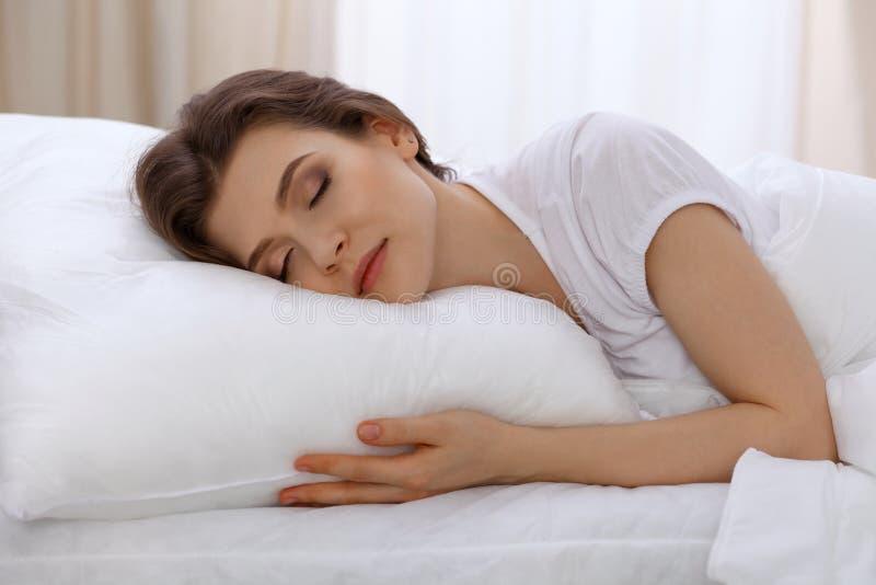 美好少妇睡觉在床上和放松早晨 一个晴天开始是时候为工作去 免版税库存照片