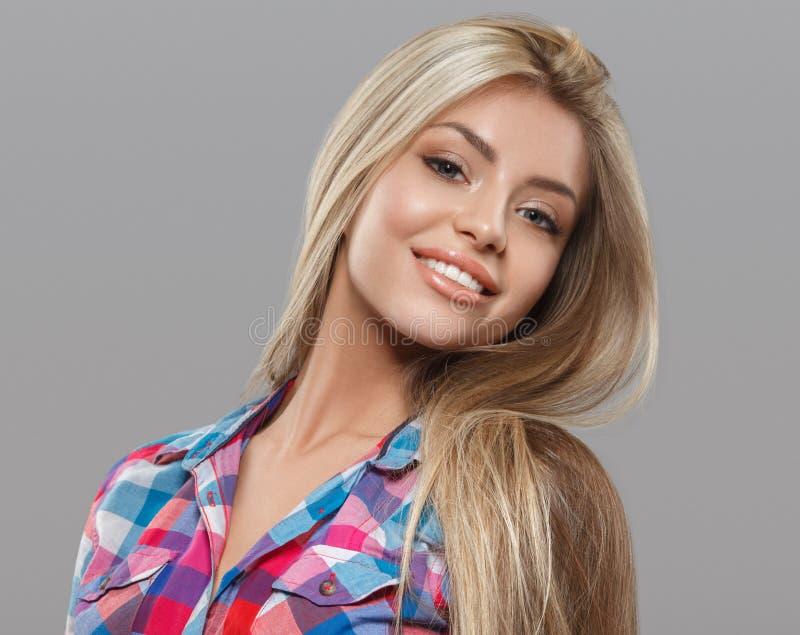 美好少妇画象摆在有吸引力与惊人的长的金发 库存照片