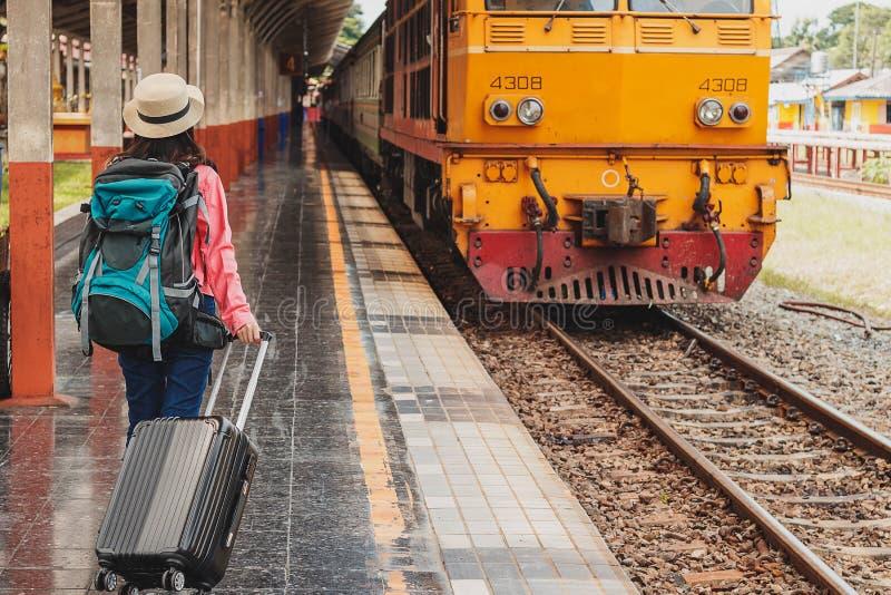 美好年轻亚洲女孩旅行 免版税库存照片