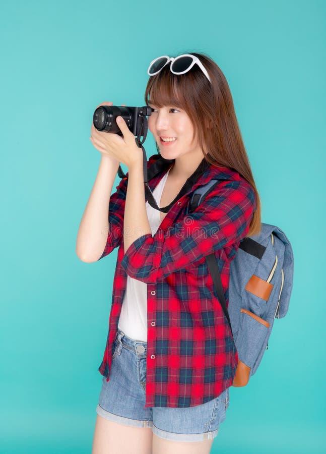 美好年轻亚洲妇女微笑是摄影师佩带时尚旅行夏天的新闻工作者,女孩藏品照相机爱好游人 免版税图库摄影