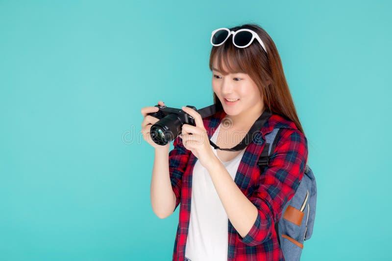 美好年轻亚洲妇女微笑是摄影师佩带时尚旅行夏天的新闻工作者 库存照片