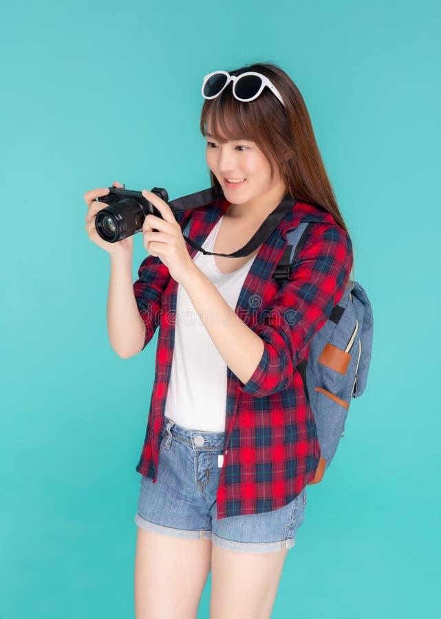 美好年轻亚洲妇女微笑是摄影师佩带时尚旅行夏天的新闻工作者 免版税库存照片