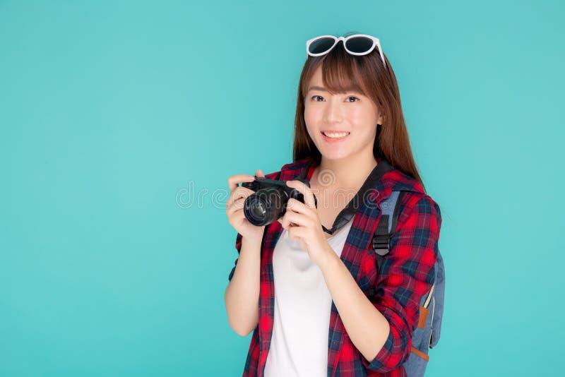 美好年轻亚洲妇女微笑是摄影师佩带时尚旅行夏天的新闻工作者 库存图片