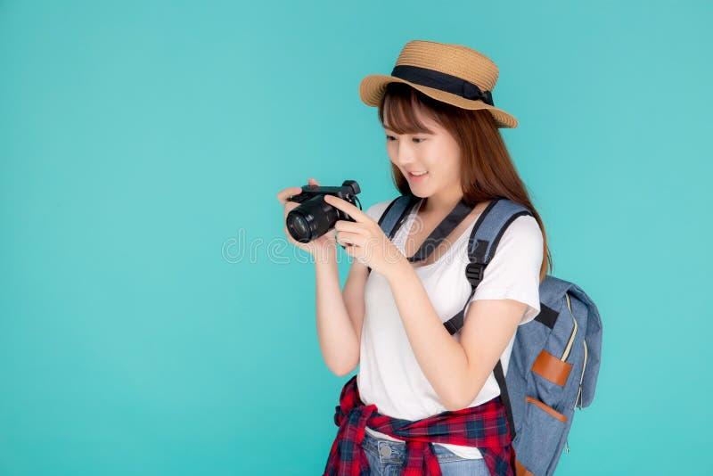 美好年轻亚洲妇女微笑是旅途摄影师佩带时尚旅行夏天 免版税图库摄影