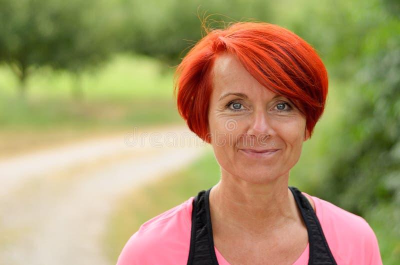 美好愉快中年妇女微笑 免版税库存图片