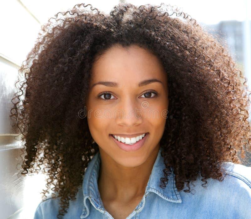 美好新黑人妇女微笑 免版税图库摄影
