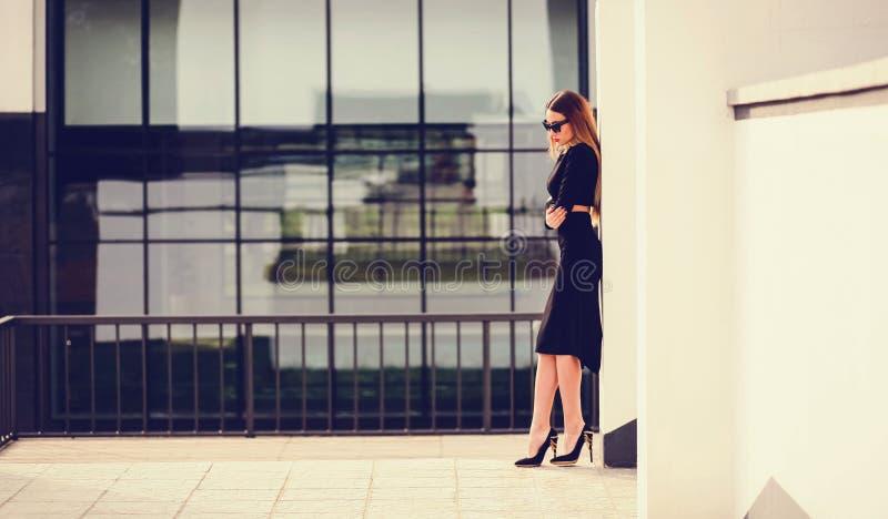 年轻美好时髦妇女摆在 免版税库存照片