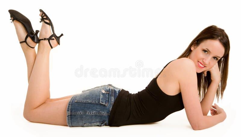 美好浅黑肤色的男人躺下的放松的微笑 库存图片