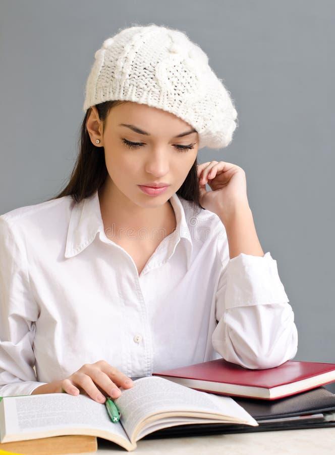 穿着贝雷帽的美丽的学生女孩。 图库摄影
