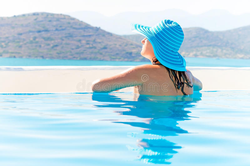 美好深色放松在游泳池 免版税库存图片