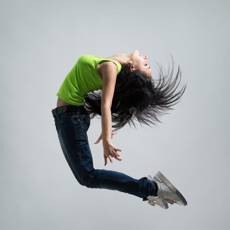 美好白种人妇女舞蹈家跳跃 免版税库存照片