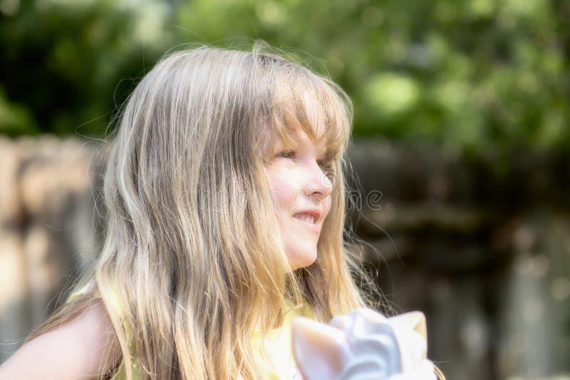 美好白肤金发五岁使用外面 免版税库存图片