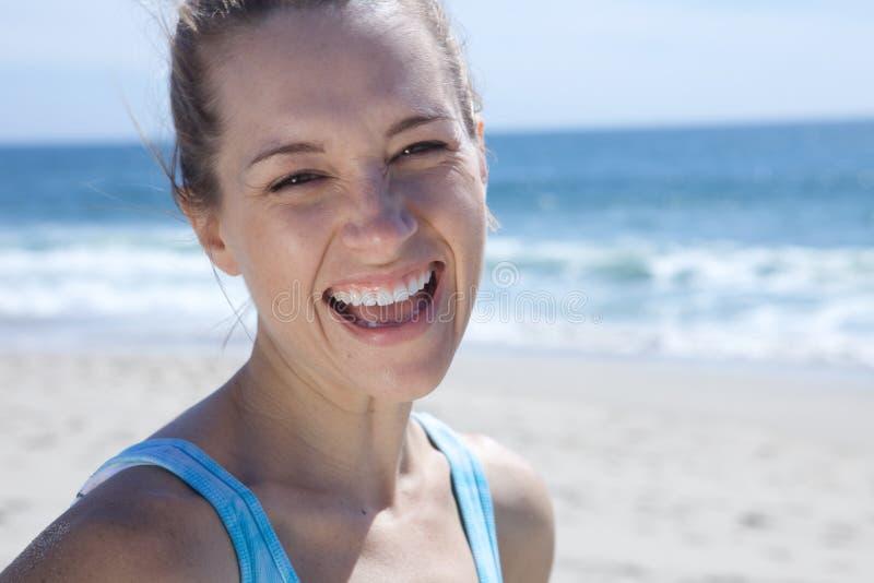 美好白肤金发女孩微笑 免版税库存照片