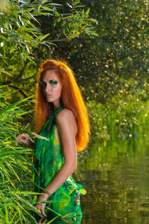 美好的一半加工好的红色头发妇女享用河水  免版税库存照片
