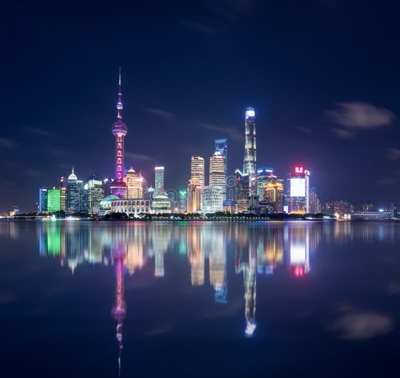 美好的上海地平线和反射 免版税库存照片