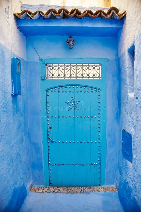 美好的不同的套蓝色市的蓝色门Chefchao 库存图片