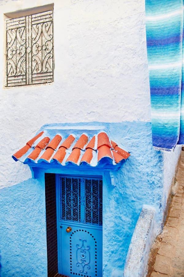 美好的不同的套蓝色市的蓝色门Chefchao 免版税库存图片
