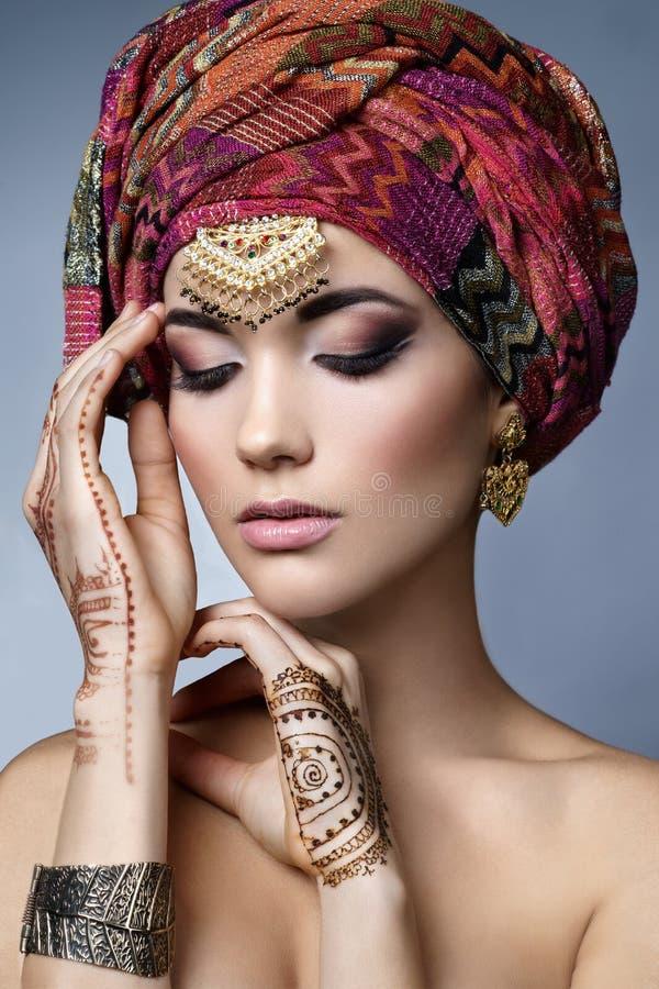 美好的与东方辅助部件的时尚东部妇女画象 图库摄影