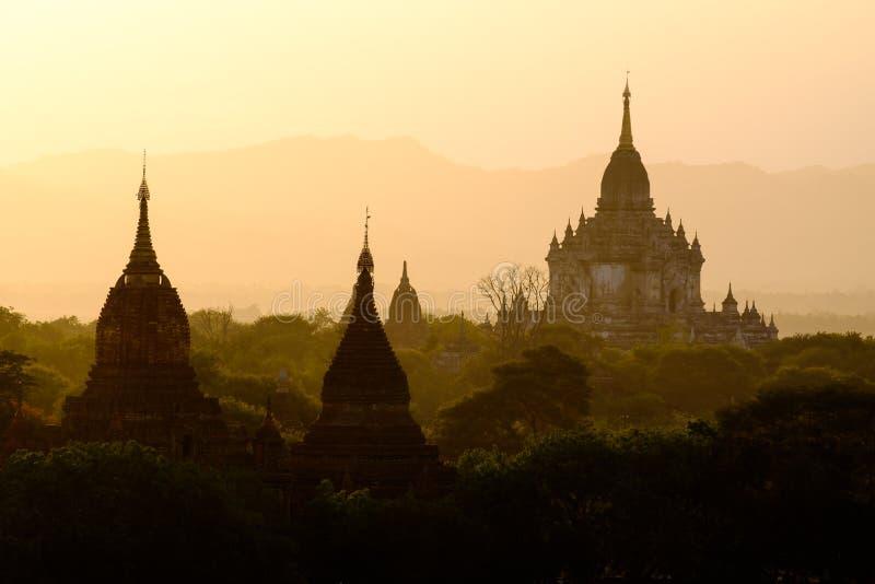 美好的与寺庙剪影的日落风景视图在Baga 库存照片