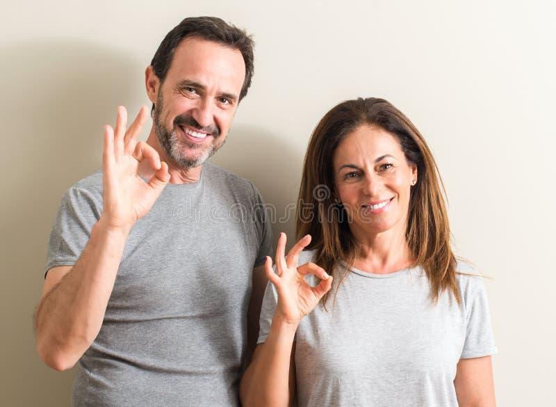 美好的中年夫妇在家 图库摄影