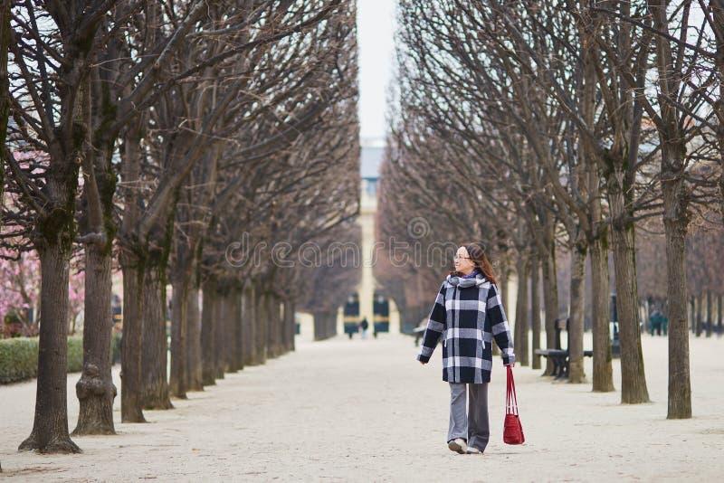 美好的中部变老了走在巴黎人公园的妇女 免版税库存图片