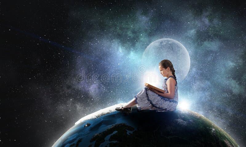 美好的书女孩读取 混合画法 免版税库存照片