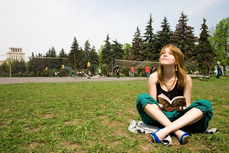 美好的书女孩读取 免版税图库摄影