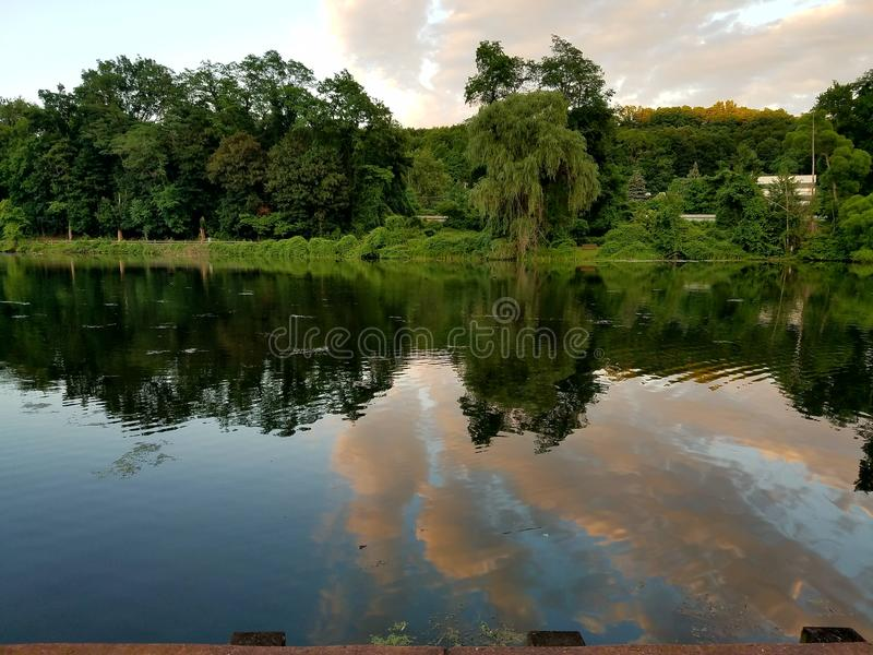 美好的云彩反射看法在水域中 免版税库存图片
