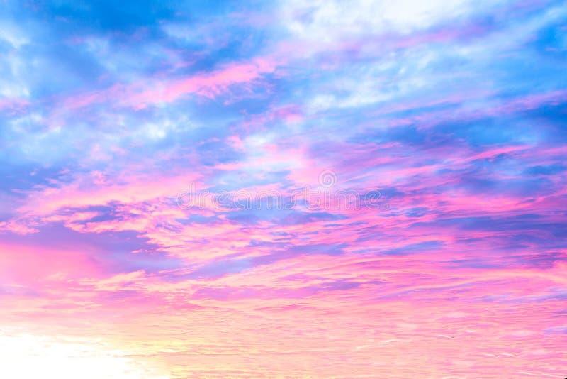 美好的五颜六色的日落和日出天空背景  库存照片