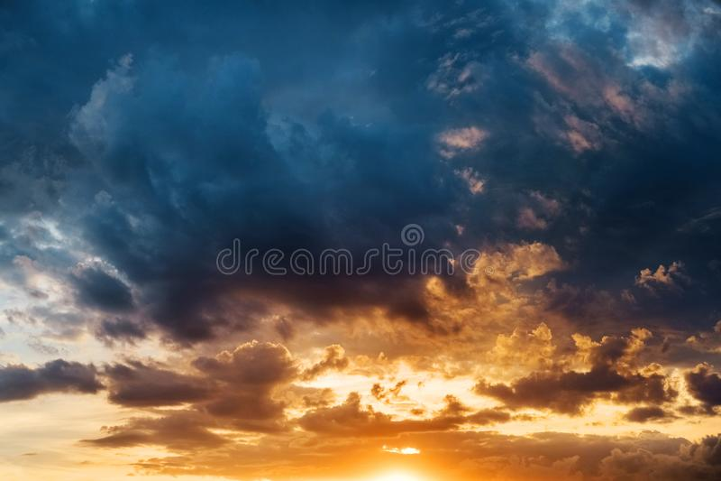 美好的五颜六色的日落,做由高屋顶 免版税库存图片