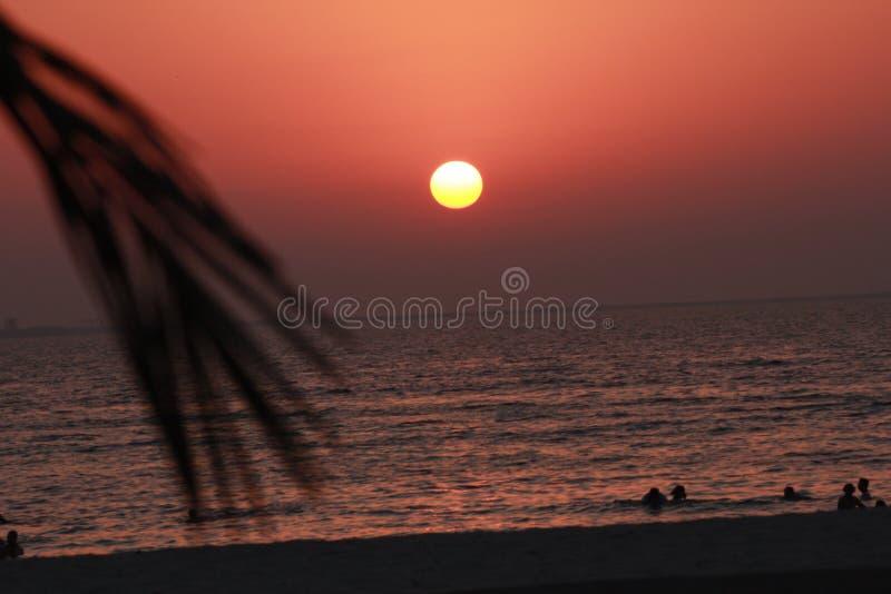 美好的五颜六色的海海滩日出日落五颜六色天空视图人走 库存照片