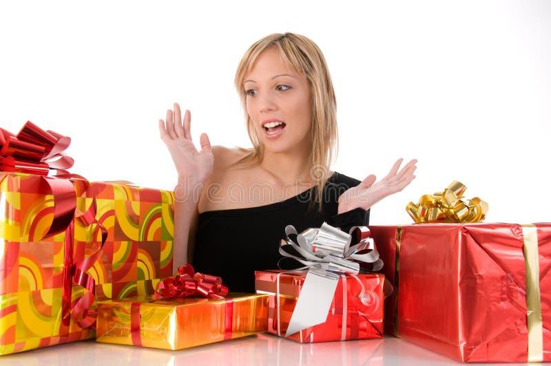 美好的五颜六色的礼品女孩查找惊奇 免版税图库摄影