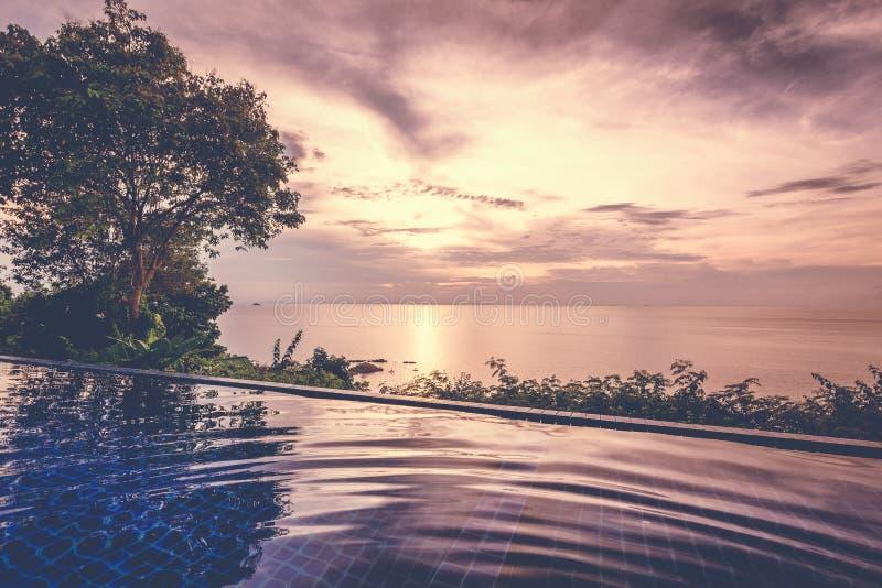 美好的五颜六色的风景,无限水池在日落的海 免版税库存照片