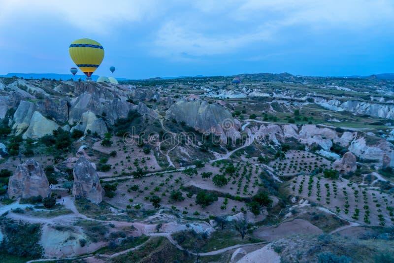 美好的五颜六色的黄色气球和卡帕多细亚山风景全景风景视图从在平均观测距离的飞行气球研了 图库摄影
