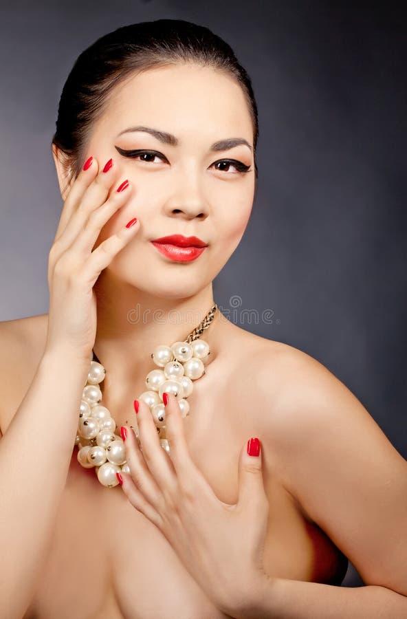 美好的亚洲女性模型佩带的珍珠小珠 免版税库存图片