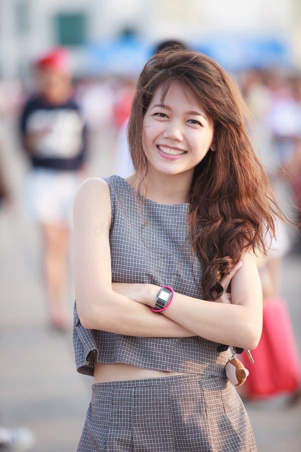 年轻美好的亚洲妇女身分和暴牙的smil画象  免版税库存照片