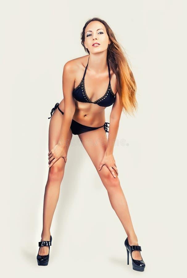 美好的亭亭玉立的比基尼泳装模型、长的腿和完善的身体 库存图片