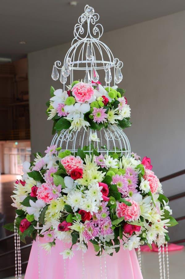 美好的仪式开花准备好的婚礼 图库摄影