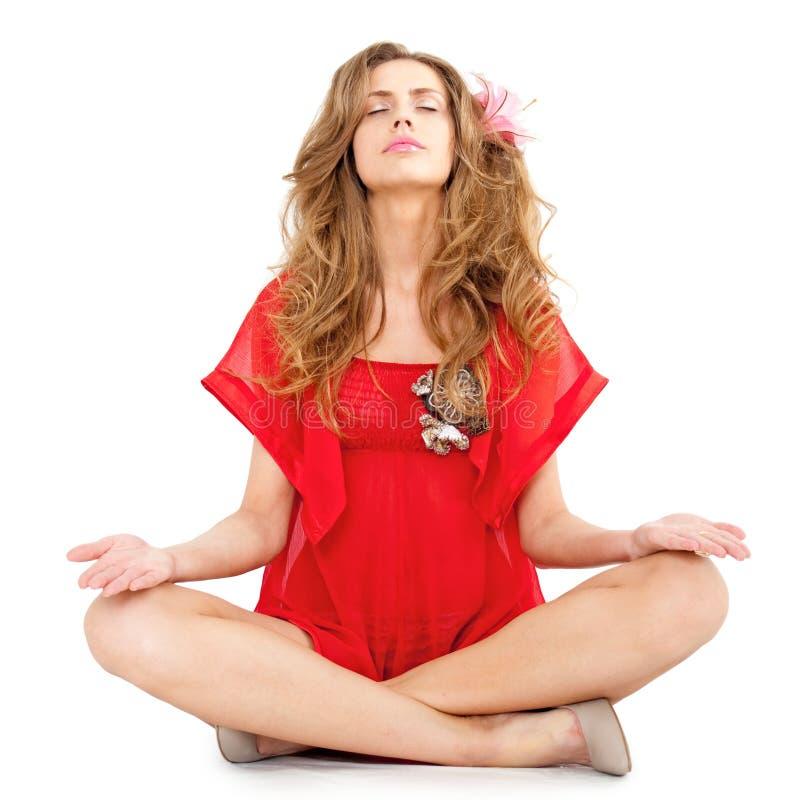 美好的位置坐的女子瑜伽年轻人 库存图片
